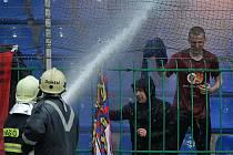 FK Mladá Boleslav - Sparta Praha 1:2. Fanoušci Sparty dělali v Mladé Boleslavi problémy, zchladili je hasiči.
