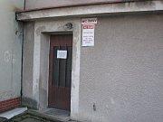 Bývalé toalety čekají na využití.