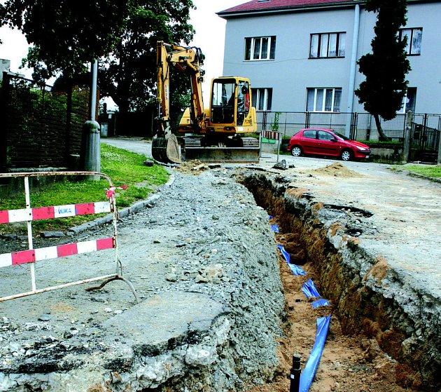 V dražicích, městské části Benátek nad Jizerou pokračují práce na kanalizaci. Řidiče zde musí být obezřetní, doprava je řízena semafory.