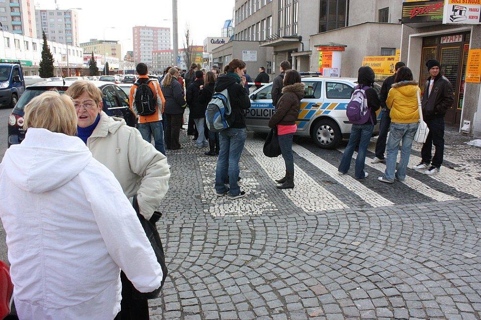 Studenti Obchodní akademie Mladá Boleslav čekají v mrazu na ulici.