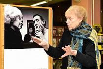 Milena Černá, odstupující ředitelka Výboru dobré vůle, při vernisáži v knihovně