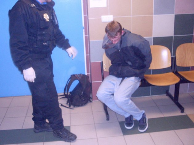 Opilec se nezdráhal napadnout strážníka