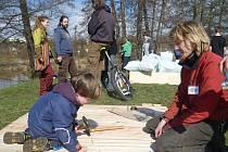 Na loňském Zeměfestu děti pomáhaly postavit vor. Letos zkoušejí přijít na to, jak a z čeho vznikají obyčejné věci.