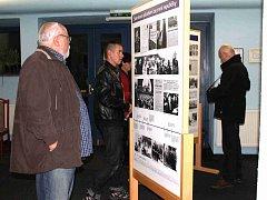 Panelová výstava o Janu Švermovi nainstalovaná v městském kině lákala pozornost diváků