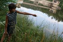 Chlapec ukazuje na místo, kde měla  být tělo spatřerno