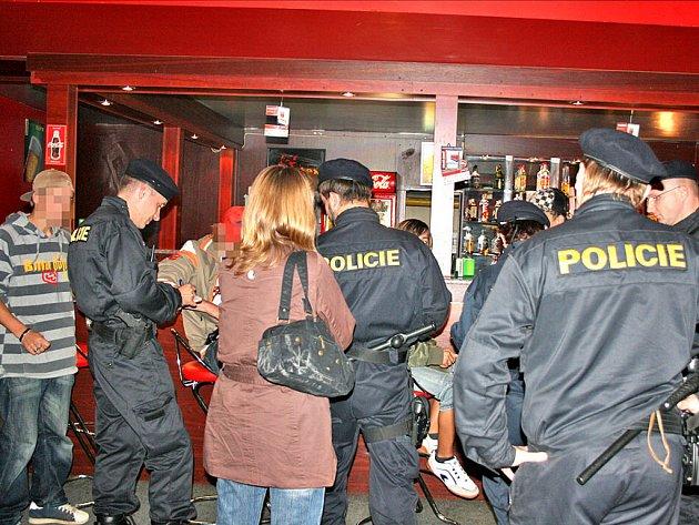 Policisté a strážníci kontrolovali dodržování zákazu podávání alkoholu mladistvím.