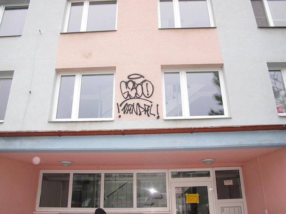 Fasády nedávno poškozené neznámým sprejerem.