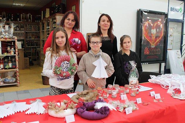 Děti z dětského domova Na Celně prodávaly své výrobky na jarmarku v Albertu
