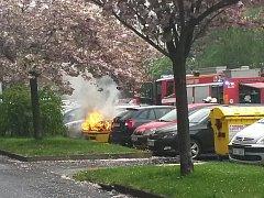 PLAMENY šlehající v pátek dopoledne z pod kapoty škodovky zaparkované v boleslavské ulici Jana Palacha způsobily značné škody na vozidle, zásah hasičů však dokázal  vedle stojící vozy uchránit.