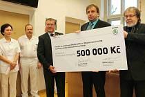 BOHDAN WOJNAR (vlevo) s Jaroslavem Povšíkem (vpravo) předali Luďku Kramářovi (uprostřed) symbolický šek na pořízení nového ultrazvuku pro mamografické vyšetření.