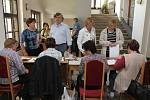 Předsedové volebních komisí přinášejí výsledky voleb do statistického centra na Magistrátu.