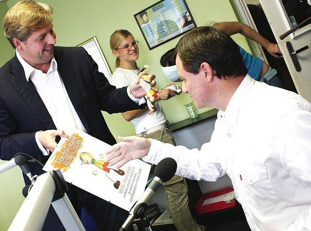 TITUL SEDMILHÁŘ ROKU 2008 chtěl předat hejtman Petr Bendl (vlevo) svému protivníkovi Davidu Rathovi (vpravo). Ten však zarámovaný titul s postavičkou Pinocchia ostře odmítl.