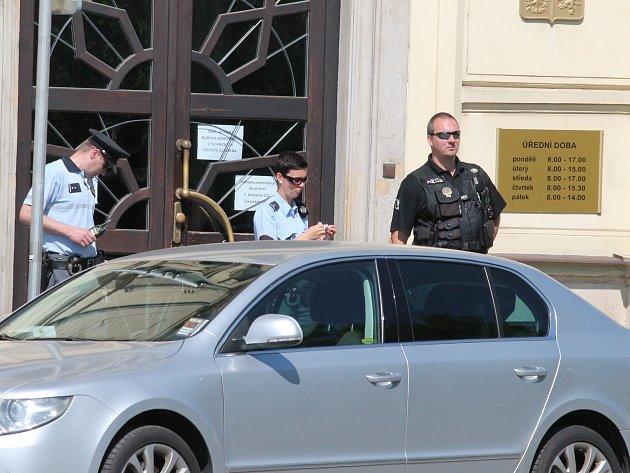 Magistrát hlídá policie. Anonym tam nahlásil bombu