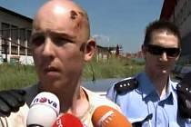 Policie přivádí švýcarského piráta k výslechu na služebnu v Mladé Boleslavi.