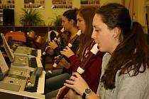 Lucie, Tereza, Alžběta a jejich kolega Marek nacvičují vánoční koledy pod vedením Tomáše Rýdla.