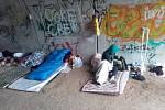 Bezdomovci se usídlili v podchodu pro zvěř.