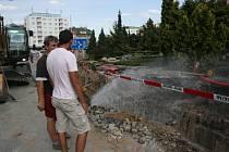 Prasklé vodovodní potrubí na náměstí Míru.