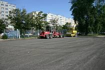 Nové parkoviště pro 99 vozidel teď město buduje za plotem v areálu Městského stadionu v Havlíčkově ulici.