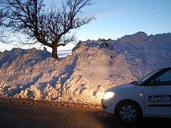 Hodiny byla neprůjezdná silnice mezi obcemi Týnec a Holé Vrchy. Když se sníh podařilo odstranit, zůstaly po stranách metrové hromady sněhu.