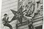Sundávání hvězdy z vrchu radniční věže na Masarykově náměstí 15. 12. 1989
