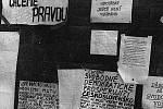 Listopadové události roku 1989 jsou typické i svými plakáty a výzvami. Na fotografii jsou vidět plakáty ve městě