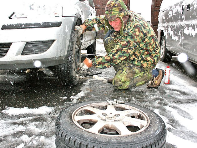 POZDĚ, ALE PŘECE.  Řidiči na Mladoboleslavsku včera na poslední chvíli nasazovali na auta kola se zimními pneumatikami. Do práce se dal i majitel obchodu v centru města Miloš Matoušek.