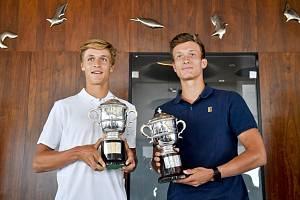 Jonáš Forejtek a Jiří Lehečka - Tenistké Jonáš Forejtek (vlevo) a Jiří Lehečka, kteří vyhráli ve Wimbledonu juniorskou čtyřhru, pózují s poháry na tiskové konferenci 16. července 2019 v Praze.