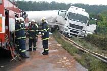 Z havarovaného kamionů vytékala nafta, cisterna byla naštěstí prázdná.