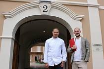 Šéfkuchař Jan Boška a manažer Tomáš Stříbrský zvou do nově otevřené restaurace na konci Staroměstského náměstí.