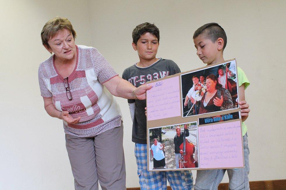 ŽÁCI ze školy Na Celně představují romskou osobnost. Tito si vybrali populární zpěvačku Věru Bílou.