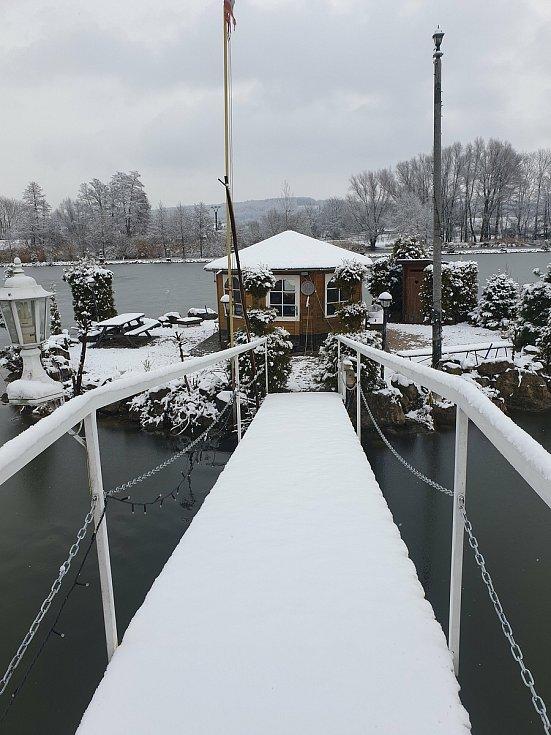 Zasněžený rybník Pískovák v Dolním Bousově