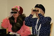 Seniorskou besídku ke Dni matek doprovodilo vystoupení dětí a seniorského divadla HEČ