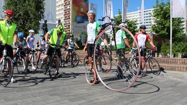 Přibližně stovka cyklistů se v Mladé Boleslavi zapojila do projektu Na kole dětem, jehož cílem je podpora onkologicky nemocných dětí.