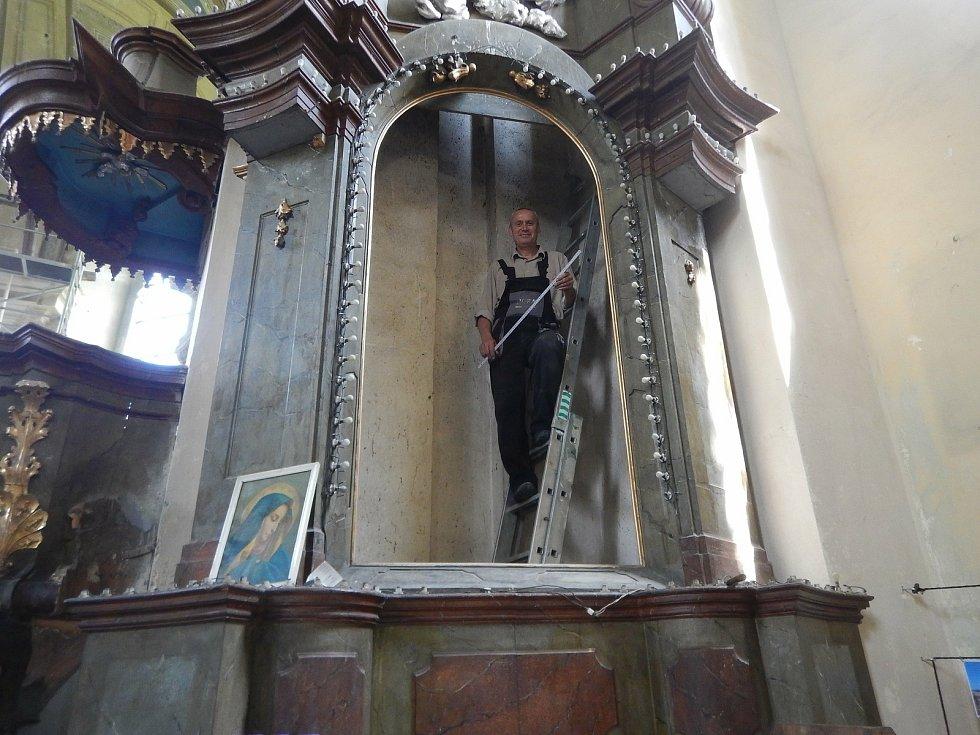Miloš Repáň v kostele sv. Mikuláše v Horkách nad Jizerou. Oprava bočního oltáře.