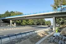 Nový most přes dálnici u Benátek je v provozu.