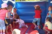 Ve školce v Bělé dováděly děti s klaunem