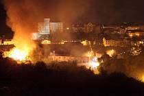 Noční požár v Pražské ulici vypadal dramaticky.