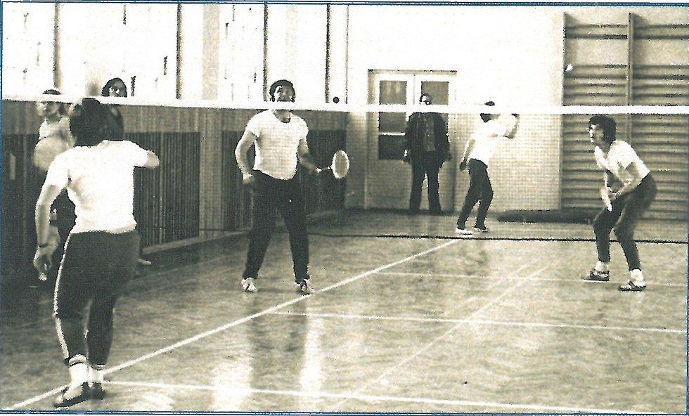 Počátky benáteckého badmintonu ve staré hale.
