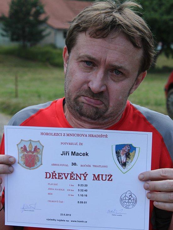 Jiří Macek v cíli 30. ročníku triatlonu Dřevěný muž.