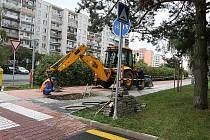 Šikovní pracovníci se snažili co nejrychleji opravit prasklinu na vodním potrubí.