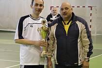 Kapitán vítězného týmu Orchestrion Tomáš Man převzal z rukou předsedy krajského futsalového svazu Zdeňka Petra pohár pro vítěze Krajského přeboru Vysočiny.