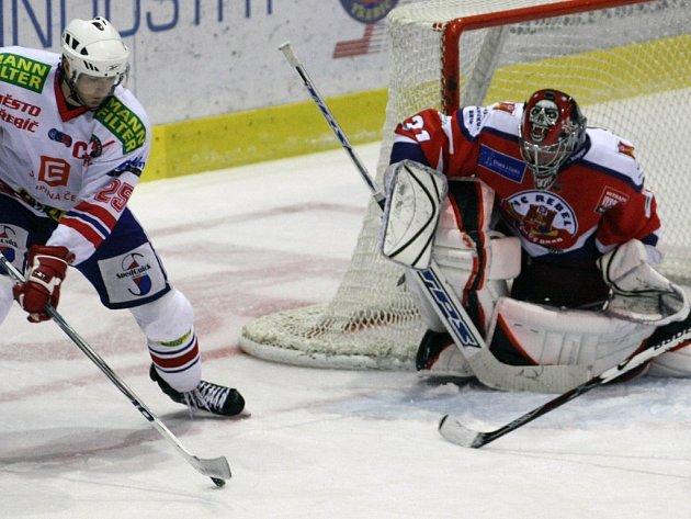 ZEĎ. Brankář Stanislav Neruda byl pro třebíčské hokejisty nepřekonatelnou překážkou. Na ledě klubu, v němž dlouhá léta působil, pomohl Havlíčkovu Brodu k vítězství 3:0.