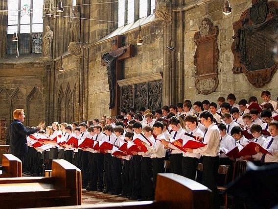 V chrámu svaté Markéty vystoupí stočlenný pěvecký sbor Cardinal Vaughan Memorial School z Londýna spolu s dvacetičlenným orchestrem.