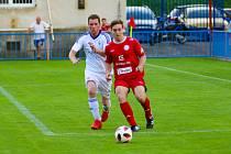 V derby Třebíčska se v sobotním utkání 13. kola krajského přeboru radovali fotbalisté HFK Třebíč (v červeném), kteří v Okříškách (v bílém) zvítězili těsně 2:1.