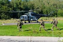 Výsadek vojáků vrtulníkem Mi-171.