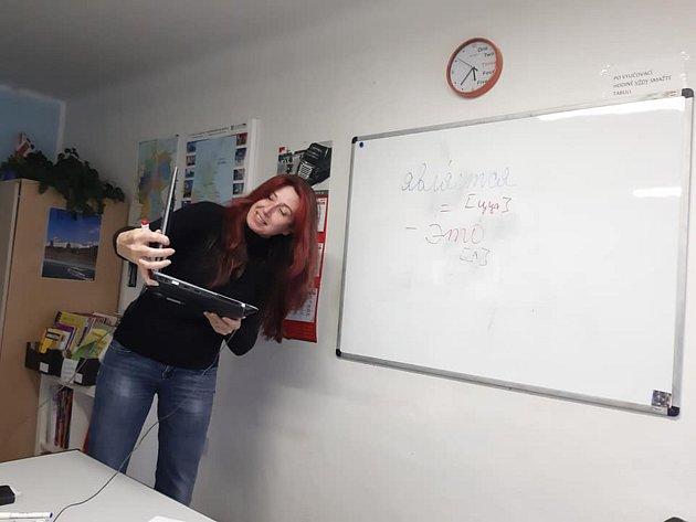 VTřebíči Světlana Svobodová zároveň působí jako lektorka, překladatelka a tlumočnice vjazykové škole. Její doménou je ruština a ukrajinština. Oba jazyky vyučuje pro místní zájemce, naopak cizince obou národností zase učí česky. Ajaký je rozdíl mezi ukr