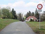 Soukromá cesta k domu manželů Vaverových na Hrádku.
