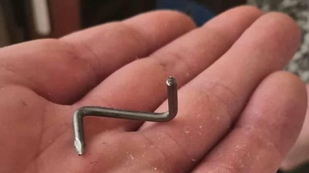Hřebík, který se zasekl do pneumatiky v Třebíči.