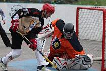 Nikdo z přibyslavických hokejbalistů (v popředí) neproměnil na Flyers ani jeden samostatný nájezd. Slza se i tak vybojovala v Jihlavě cenný bod.