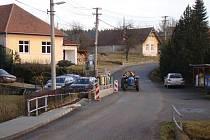 Plot v Batouchovicích zasahuje do silnice.